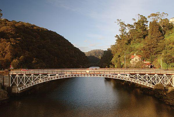 Gatekeepers Cottage and Kings Bridge